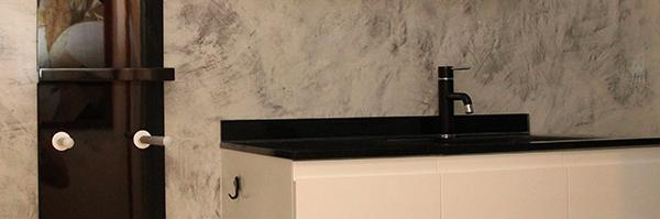 rénovation salle de bain mur en béton ciré